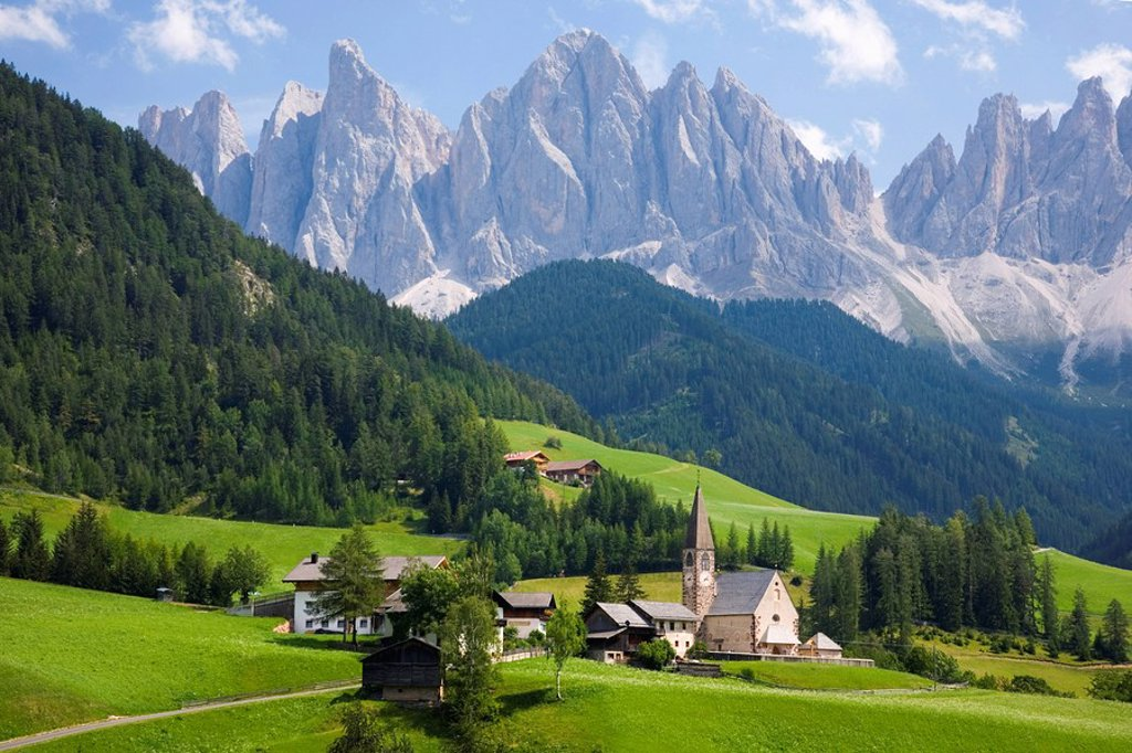 Stock Photo: 1890-88638 Village church and scattered farms beneath the Odle peaks in the Parco Naturale Puez_Odle, Santa Maddalena, Val di Funes Villnoesstal, Dolomites, Bolzano, Trentino_Alto Adige, Italy, Europe