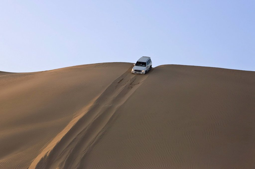 Stock Photo: 1890-93104 4x4 car on desert safari near Abu Dhabi, United Arab Emirates, Middle East