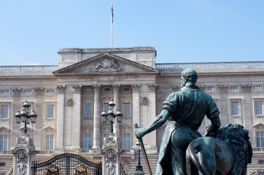 Statue in front of a palace, Buckingham Palace, City of Westminster, London, England : Stock Photo