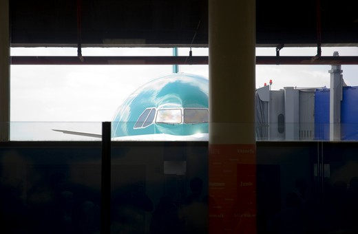 Aer Lingus passenger jet at the gate of an airport, Dublin Airport, Dublin, Republic of Ireland : Stock Photo
