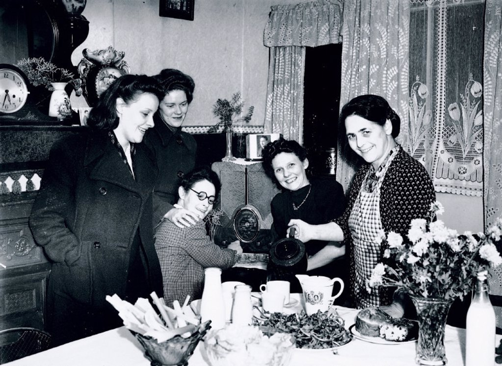 Landlady welcoming her guests at teatime, 29 October 1945. : Stock Photo
