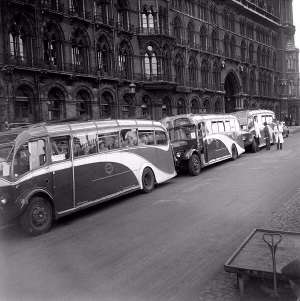 Tour coaches outside St Pancras station, London, 1950. : Stock Photo