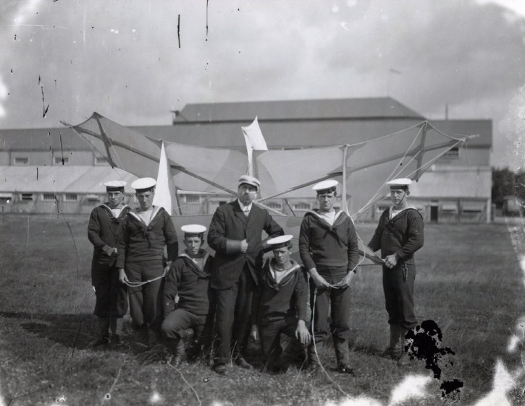 Samuel Cody instructing sailors how to handle 'Cody Kites', 1906-1907. : Stock Photo
