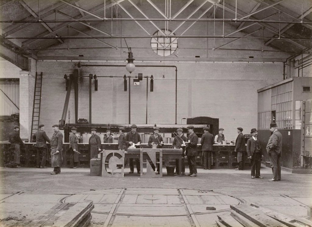 Stock Photo: 1895-40279 Workers using stencils, Doncaster works, South Yorkshire, c 1916.