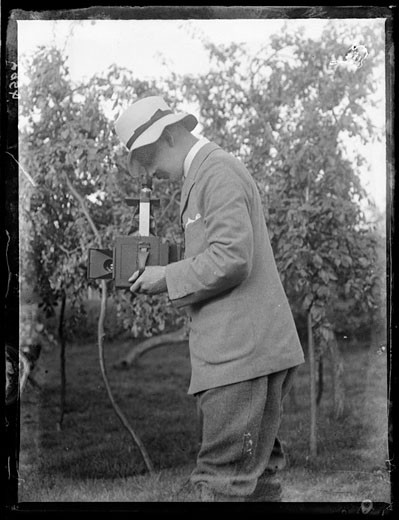 Horace Nicholls with his Newman & Guardia Reflex camera, c.1903. : Stock Photo