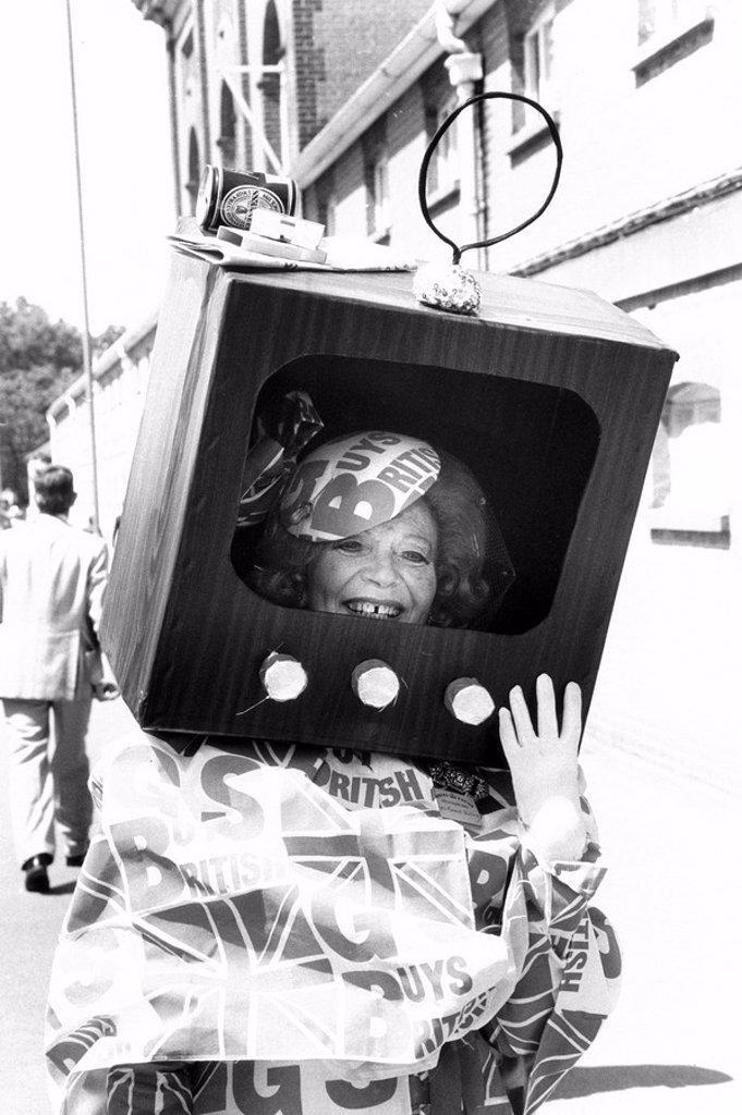 Gertrude Shilling wearing 'TV hat', Ascot, June 1983. : Stock Photo