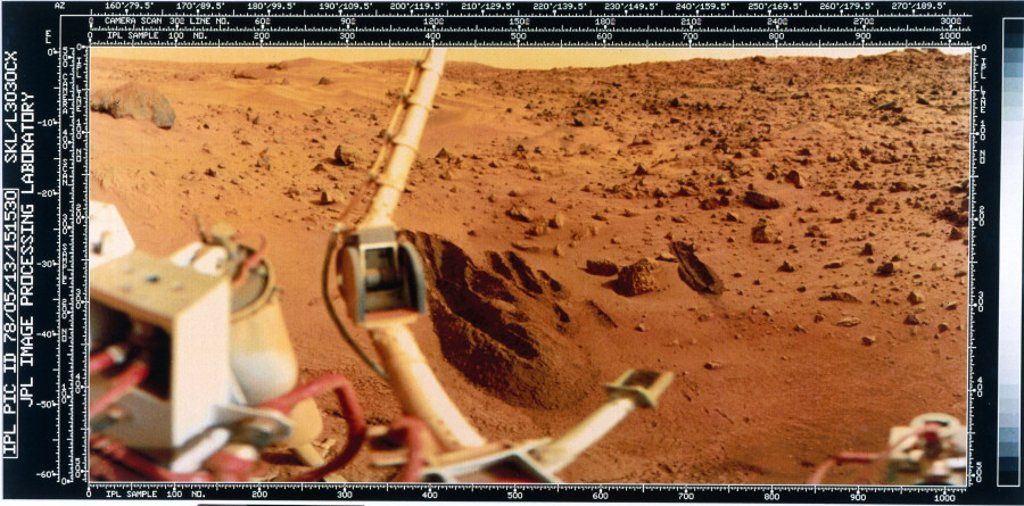 Close-up view of the Martian landscape from the Viking 2 Lander, 1976. : Stock Photo