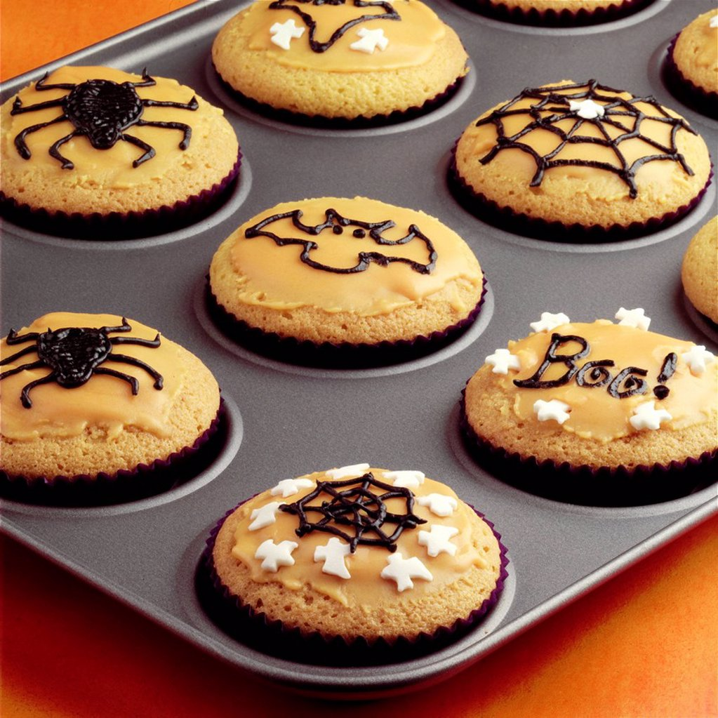 Making Halloween Cupcakes _ step shot : Stock Photo