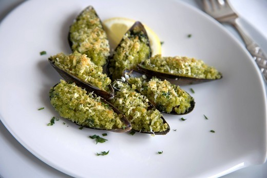 Stock Photo: 1898-47713 Plated mussels in half_shell with Provencale crumb/ step shot