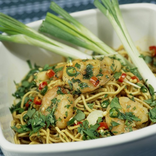 Chilli garlic prawns on noodles in bowl : Stock Photo