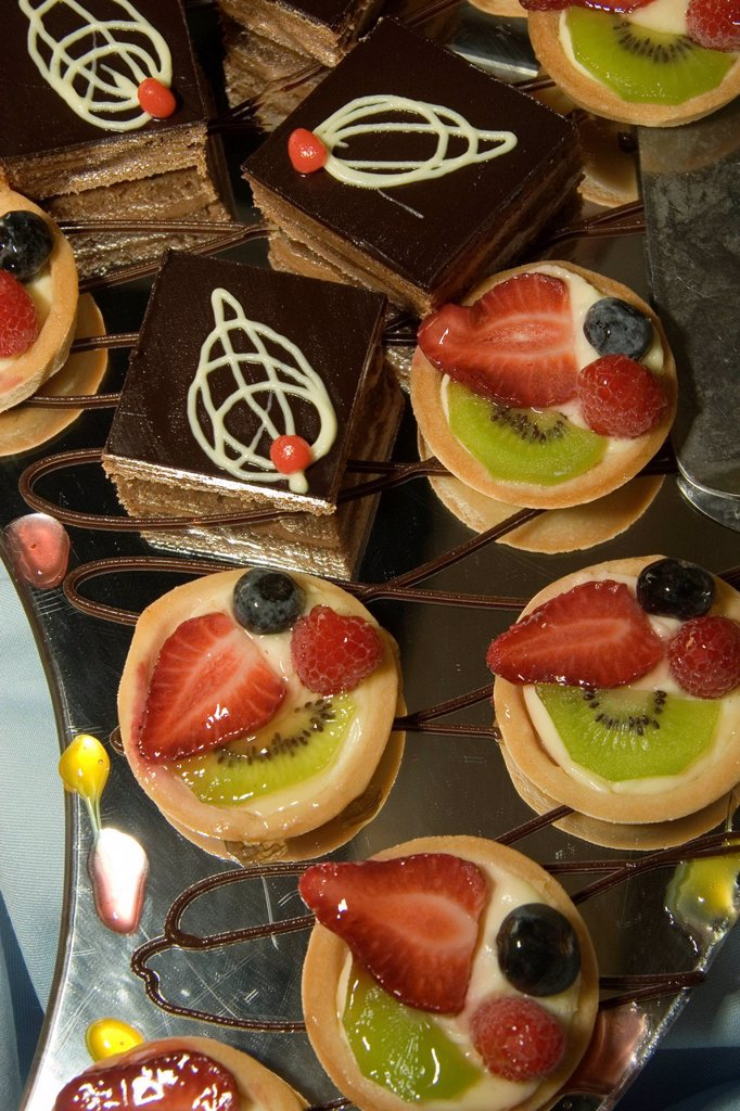 mini desserts on the mirrored buffet table of a cruise ship : Stock Photo