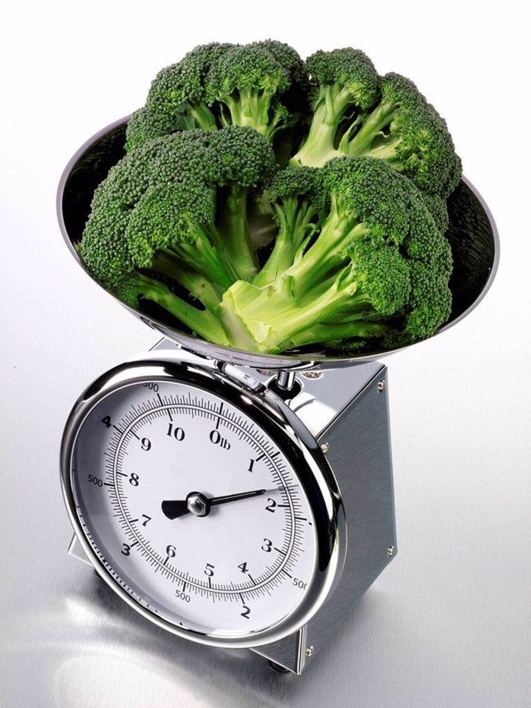 Stock Photo: 1898-6927 KITCHEN SCALES WITH BROCCOLI