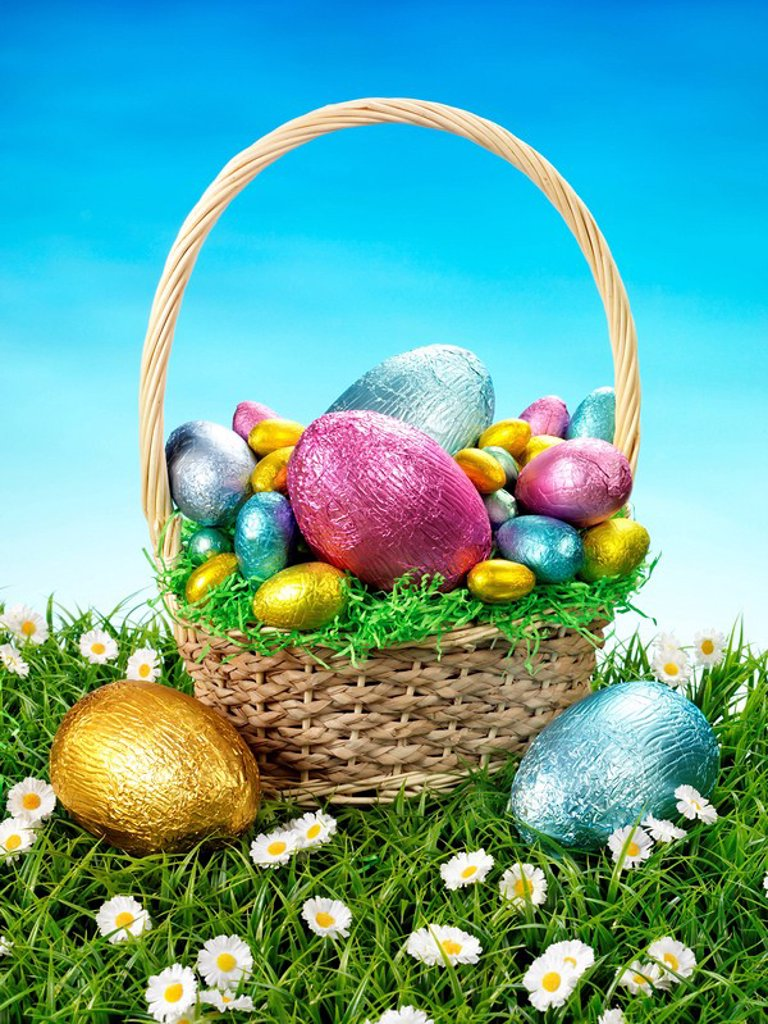 Stock Photo: 1898-7307 CHOCOLATE EASTER EGGS IN BASKET
