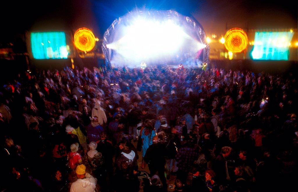Crowd watching Loophead on stage at Glastonbury Festival, UK, 2002.  : Stock Photo