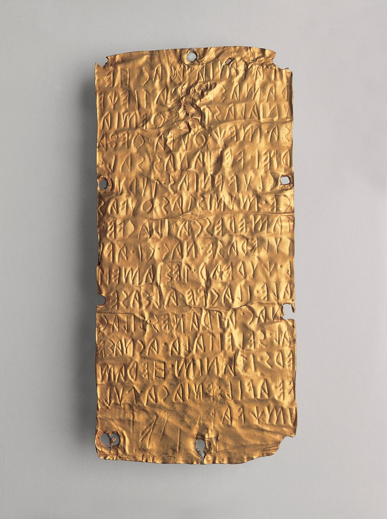 Lamine di Pyrgi, by Unknown, 6th Century, gold leaf. Italy, Lazio, Rome, Villa Giulia National Museum. Whole artwork. Lamina 1. Lamina gold hammered engraved burin inscription capital letter Carthaginian-Etruscan pacts control Tyrrhenian Carthaginians Etruscans. : Stock Photo