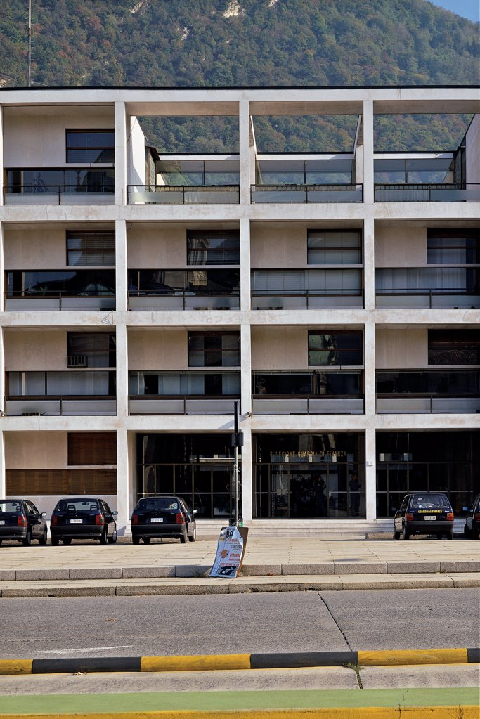 Como, Casa del Fascio, by Terragni Giuseppe, 1932 - 1936, 20th Century, reinforced concrete clad with white travertine stone. Italy, Lombardy, Como, Como, Casa del Fascio. Detail. Facade windows terrace entrance doorway. : Stock Photo