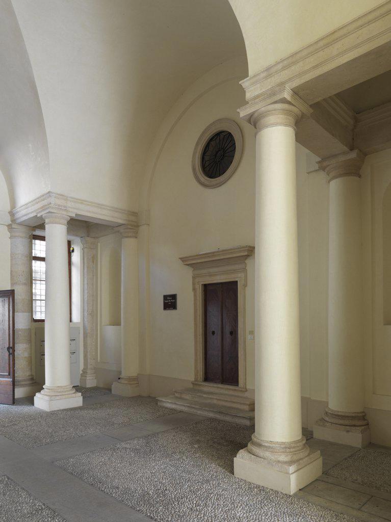 Palazzo Porto, Vicenza, by Andrea di Pietro della Gondola known as Palladio, 1544 - 1549, 16th Century, Unknow. Italy, Veneto, Vicenza. Detail. Entrance passageway for carriages entrance hall columns Palazzo Porto door oculus (2009 photograph). : Stock Photo