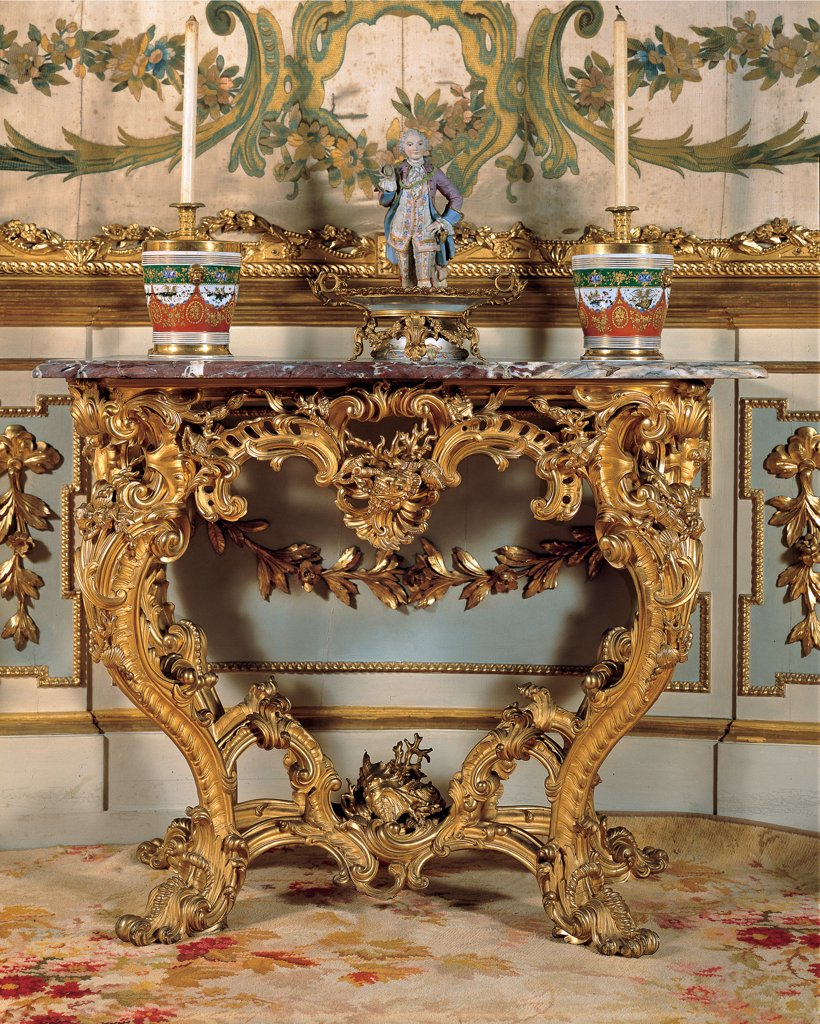 Console Table, by Dolci Giovan Battista, 1766 - 1767, 18th Century, wood carved and gilded, red Seravezza marble top. Italy, Tuscany, Florence, Palazzo Pitti. Whole artwork. Wall table console gold rinceaux volutes marble top small statue candles vases. : Stock Photo