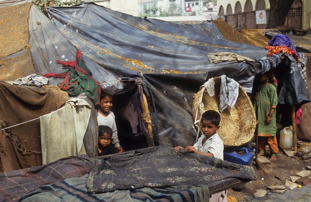 STREET DWELLERS - BOMBAY, INDIA. Environmental refugees from Rajasthan living on the streets of Bombay. .  : Stock Photo