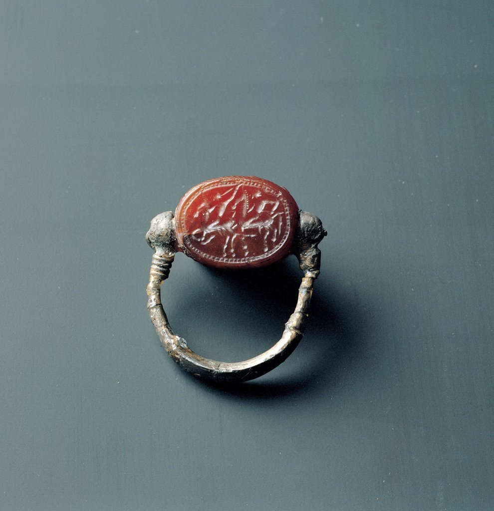 Seal ring with gemstone, by Unknown artist, 4th Century b.C.,, . Italy: Puglia: Taranto: Taranto: National Archaeological Museum. Whole artwork. Ring gemstone cornelian engraved double sphere ring : Stock Photo
