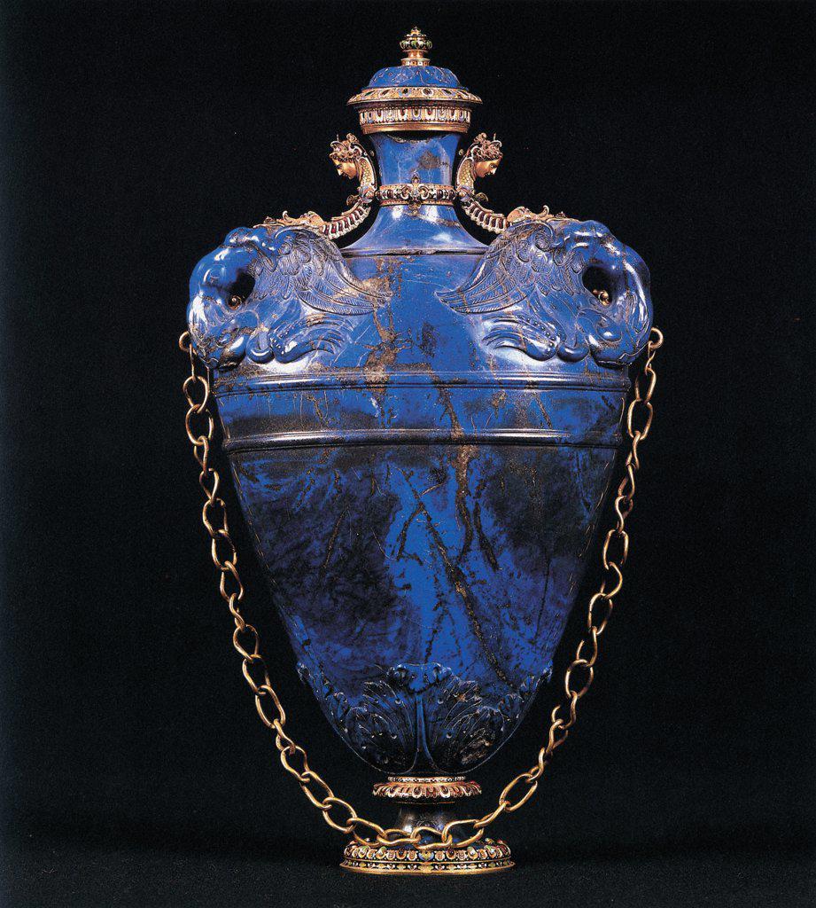 Vase, by Bilivert Giovanni, drawing Buontalenti Bernardo, 1583, 16th Century, lapis lazuli. Italy: Tuscany: Florence: Palazzo Pitti. Whole artwork. Vase handles chain lapis lazuli cobalt blue gold : Stock Photo