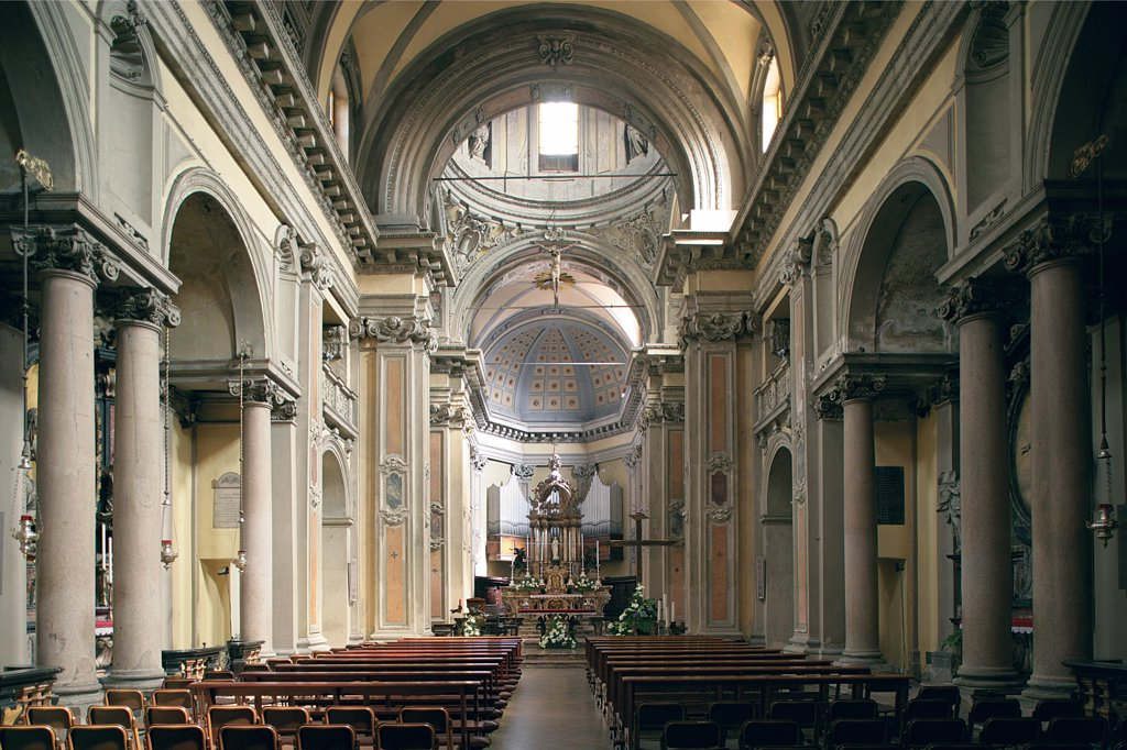 Church of Santa Maria alla Porta, Milan, by Richini (Ricchini, Richino o Ricchino) Francesco Maria, 17th Century, . Italy: Lombardy: Milan: Santa Maria alla Porta Church. Interior church nave columns arches entablature triumphal arch presbytery apse high altar : Stock Photo