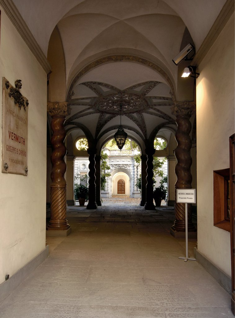 Palazzo Carpano, formerly Palazzo Asinari di San Marzano, by Garove Michelangelo, 17th Century, . Italy: Piemonte: Turin: Palazzo Carpano. Whole artwork. Entrance Palazzo Carpano atrium umbrella vault spiral/twisted columns Baroque architecture : Stock Photo