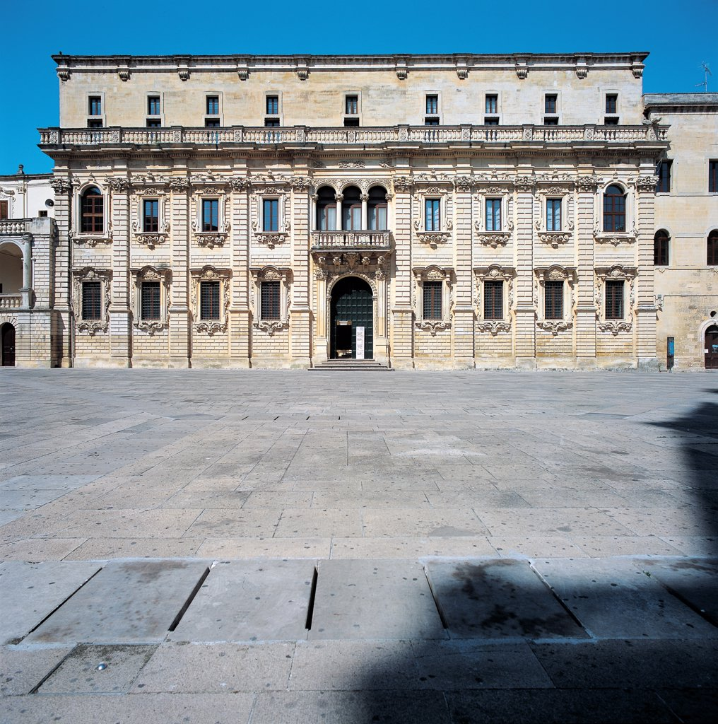 Palazzo del Seminario in Lecce, by Cino Giuseppe, 1694 - 1709, 17th Century, Lecce stone. Italy: Puglia: Lecce: Lecce: Palazzo del Seminario. Whole artwork. Exterior Palazzo del Seminario seminary foreshortened view facade Gigantic order Corinthian pilaster-strips rustication/ashlar-work plinth two-tiers architecture garlands windows carved mixtilinear cornices doorway small loggia three-light window balcony balustrade : Stock Photo