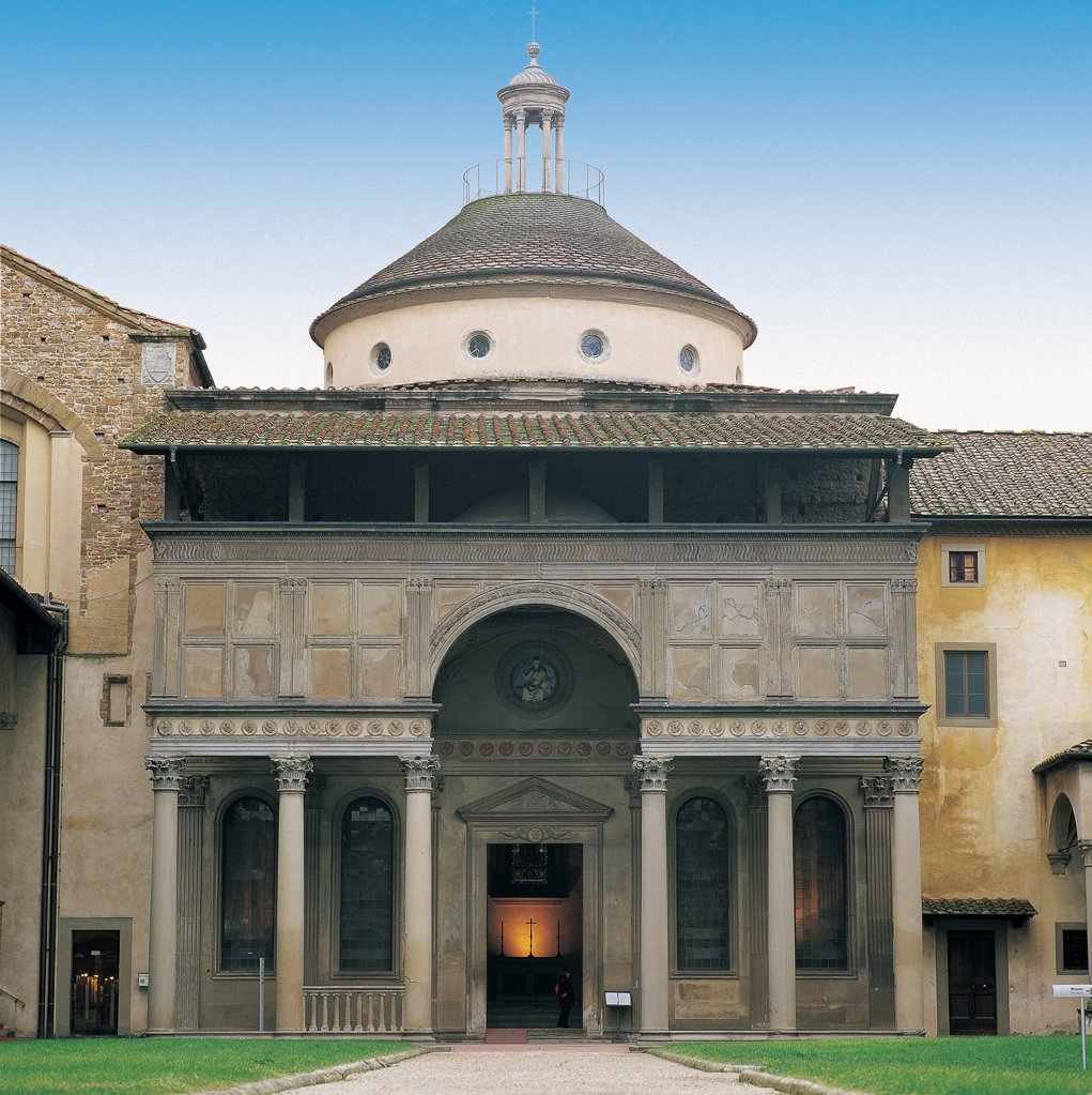 Stock Photo: 1899-46707 Pazzi Chapel in Florence, by Brunelleschi Filippo, 1430 - 1444, 15th Century, plaster and Serena stone. Italy: Tuscany: Florence: Santa Croce Basilica. View of facade overlooking cloister of Santa Croce, serliana-type pronaos supported by 6 columns and an architrave