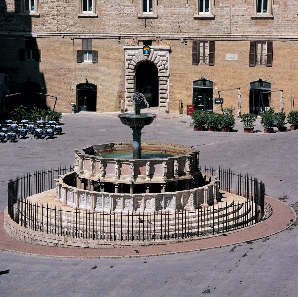 Fontana Maggiore, by Nicola Pisano, Nicola Pisano, Giovanni Pisano, Giovanni Pisano, 1275 - 1278, 13th Century, marble and bronze. Italy: Umbria: Perugia: Piazza Maggiore: Piazza Maggiore. Whole artwork. View Fontana Maggiore fountain Piazza monument Perugia water city polygonal marble basins concentric bronze cup forms decorations bas-reliefs statues symbols scenes agricultural tradition feudal culture months year zodiacal signs liberal arts Bible history of Rome corners biblical mythological c : Stock Photo