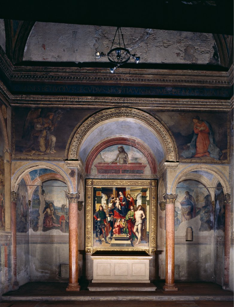 Bentivoglio Chapel, by Unknown artist, 1445 - 1481, 15th Century, . Italy: Emilia Romagna: Bologna: San Giacomo Maggiore church. Whole artwork. Front arches Bentivoglio chapel porch red columns frescoes central canvas altar : Stock Photo