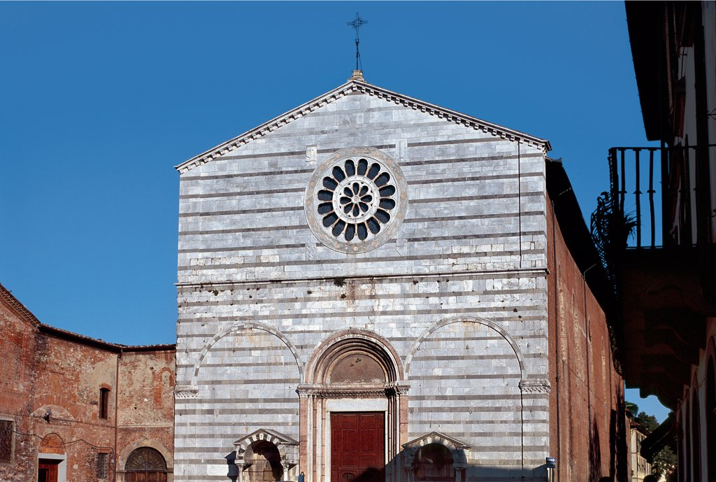 San Francesco, by Unknown artist, 1228, 13th Century, white limestone, gray limestone. Italy: Tuscany: Lucca: San Francesco Church. Facade. Two-color white gray gabled facade doorway splay blind arches cornice string-course rose window : Stock Photo