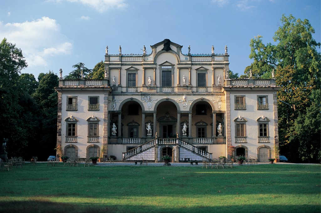 Stock Photo: 1899-47104 Villa Mansi, by Oddi Muzio, 16th Century, . Italy: Tuscany: Lucca: Capannori Segromigno in MonteLucca. Whole artwork. Late Renaissance facade facing the garden. Porch/portico columns arcade balustrade windows tympanums/gables lunettes statues double staircase flight parterre