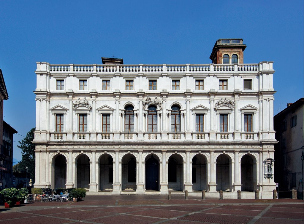 Angleo Mai Civic Library or Palazzo Nuovo, by Pirovano Ernesto, Scamozzi Vincenzo, Ragnolo Pietro, 1593, 16th Century, . Italy: Lombardy: Bergamo: Piazza Vecchia. Facade superimposed orders arches loggia windows balustrade Doric columns mezzanine floor with windows crown balustrade sculptures arches entablature lunette tympanum/gable niche marble city/town Bergamo building Piazza Vecchia : Stock Photo
