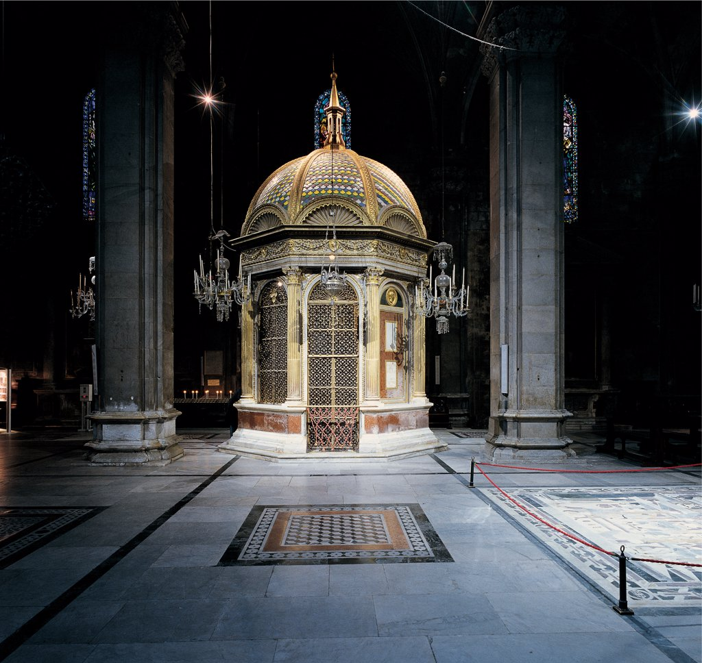 Chapel of the 'Volto Santo', by Civitali Matteo, 1482 - 1484, 15th Century, . Italy: Tuscany: Lucca: San Martino cathedral: Duomo. Whole artwork. Exterior Cathedral Lucca Chapel small octagonal temple dome columns lantern enamel bronze : Stock Photo