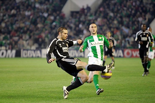 Helguera shoots before Dani Taken at Ruiz de Lopera stadium Seville  Spain on 11 January 2007 during the Spanish Cup game between Real Betis and Real Madrid The final score was 0 0 : Stock Photo