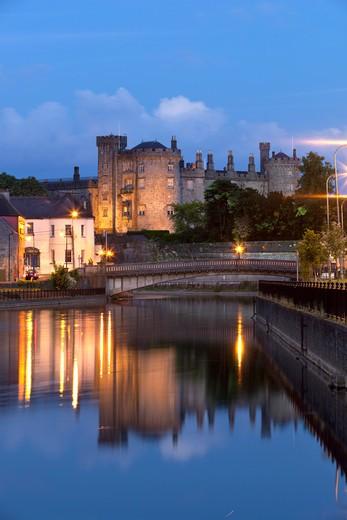 Ireland - County Kilkenny - Kilkenny - Kilkenny Castle on River Nore at night : Stock Photo