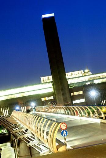 The Millennium Bridge & Tate Modern Art Gallery : Stock Photo
