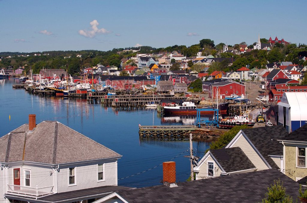 View of the town of Lunenburg, UNESCO World Heritage Site, Lunenburg Harbour, Lighthouse Route, Highway 3, Nova Scotia, Canada  Lunenburg was established in 1753 : Stock Photo