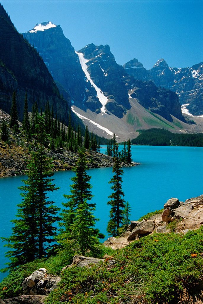 Moraine Lake and the Wenkchemna Peaks, Banff National Park, Alberta, Canada : Stock Photo