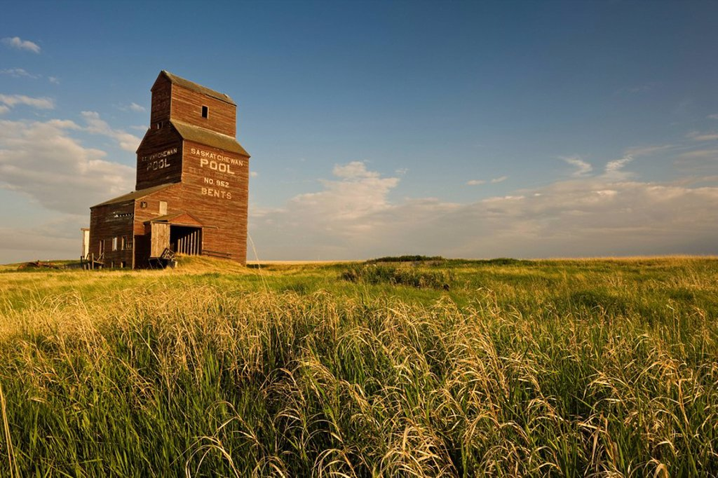 Stock Photo: 1990-16867 Abandoned grain elevator, Bents, Saskatchewan, Canada