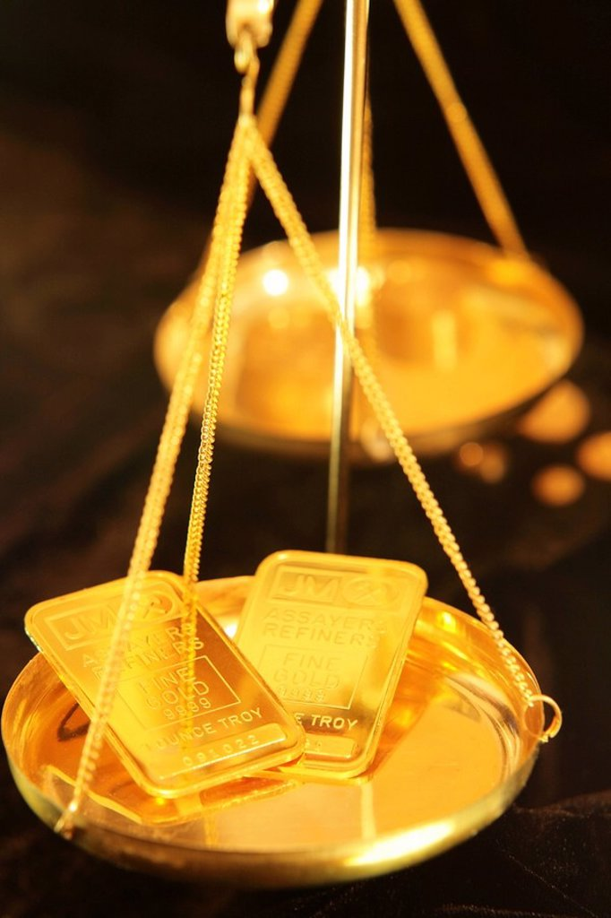 One ounce gold bars in tray of balance scales : Stock Photo
