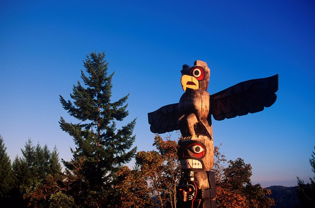 Stock Photo: 1990-23410 First Nation´s totem pole, Malahat summit, Vancouver Island, British Columbia, Canada