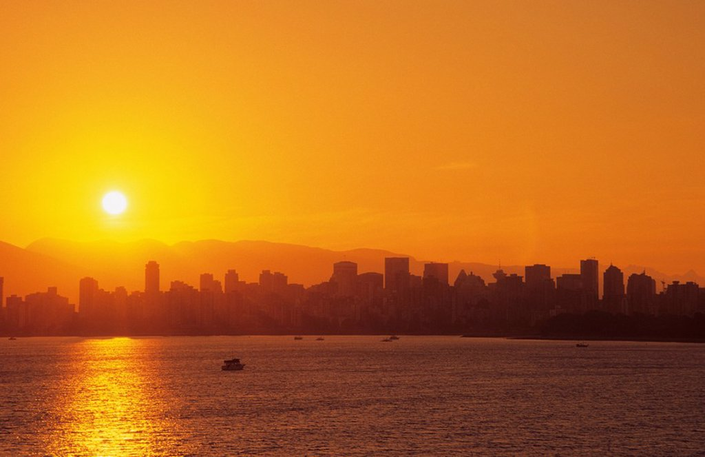 Vancouver skyline and the Coast Mountains from Kitsilano Beach at sunrise, Vancouver, British Columbia, Canada : Stock Photo