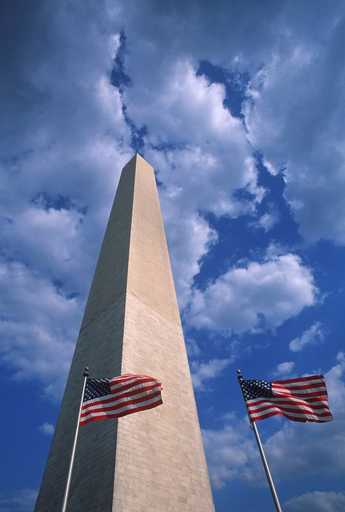 Stock Photo: 1990-29960 USA, Washington, DC, Washington Monument and US Flags