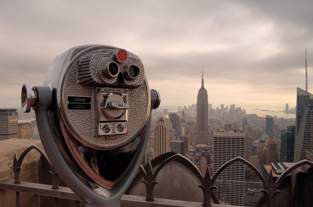 Stock Photo: 1990-31125 Viewfinder binoculars with the New York skyline in the background at the Top of the Rock lookout, New York City, NY, USA