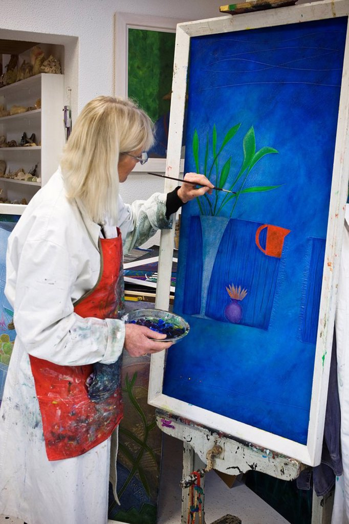 Stock Photo: 1990-33298 Painting artist in her studio