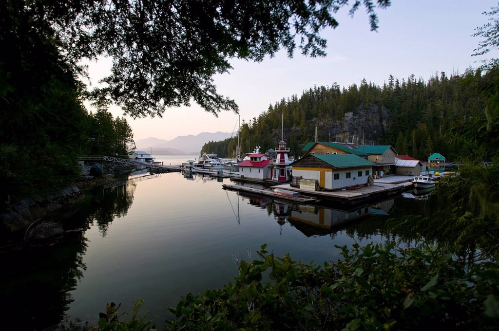 The floating community of Echo Bay on Gilford Island within the Broughton Archipelago is a popular wayward stop for pleasure boaters and sailing vessels exploring the Broughton area. Echo Bay, Gilford Island, Broughton Archipelago, British Columbia, Canad : Stock Photo