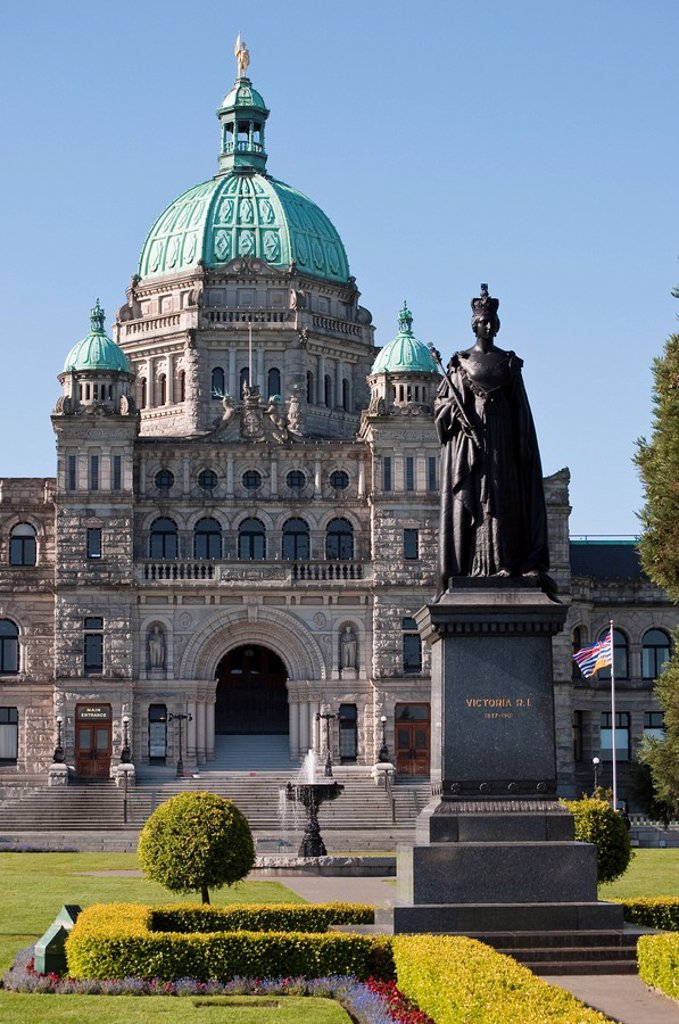 Queen Victoria statue and BC provincial legislative buildings, Victoria, British Columbia, Canada : Stock Photo