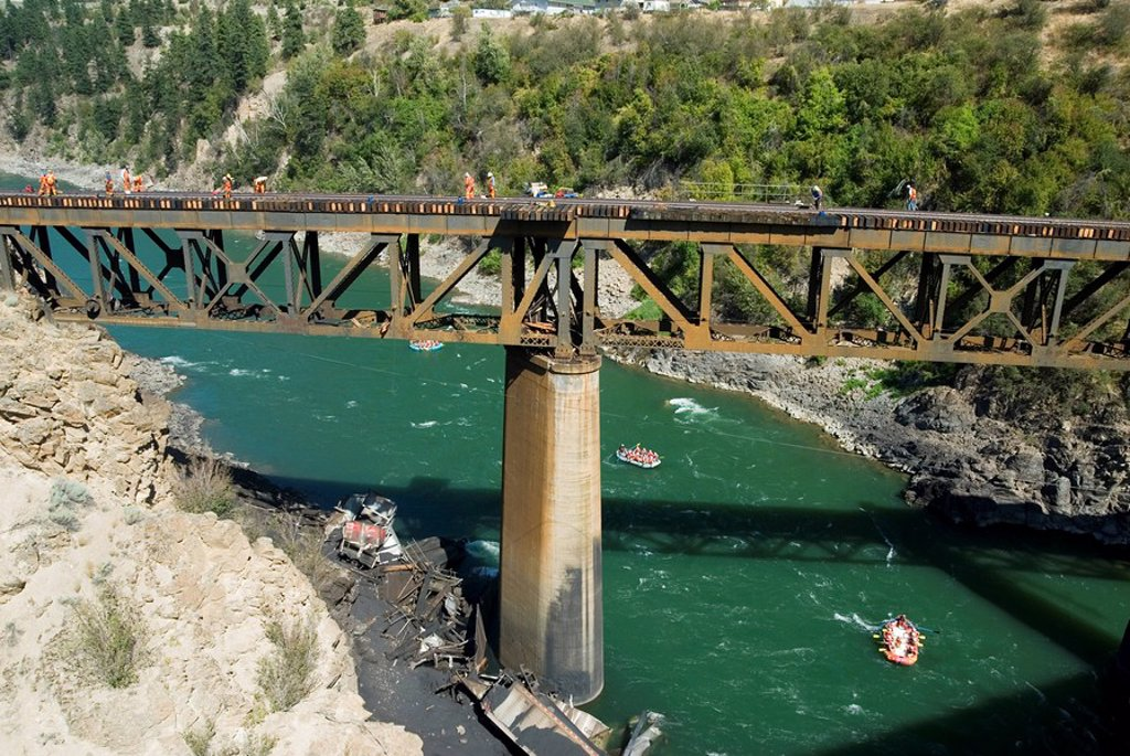 A canadian national train derailed on july 31, 2006 lies below a bridge over the thompson river, thompson-okanagan, british columbia, canada : Stock Photo